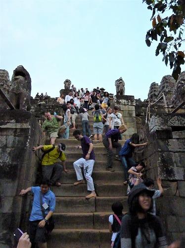 カンボジア・アンコール遺跡群のプノンパケンの急な階段