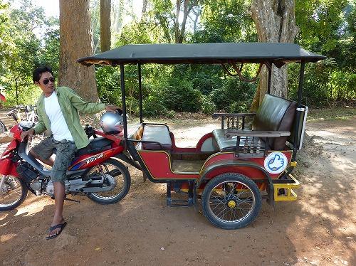 カンボジア・アンコールワットへ向かうトゥクトゥク