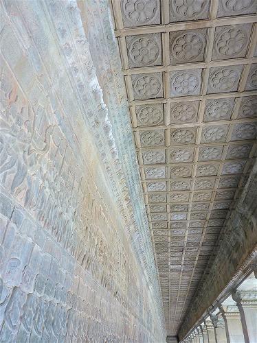 カンボジア・アンコールワットの回廊の花紋状の模様