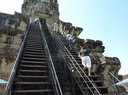 カンボジア・アンコールワットの中央祠堂への急な階段