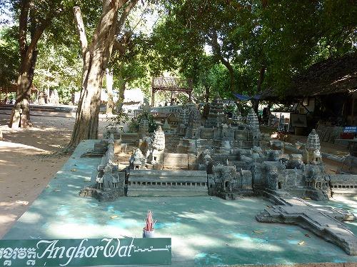 カンボジア・ロリュオス遺跡群・プリアコー近くにある工房に展示されているアンコールワットのミニチュア