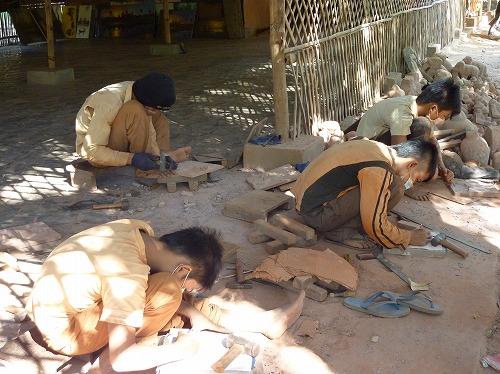 カンボジア・ロリュオス遺跡群・プリアコー近くにある工房で石工として働く子供たち