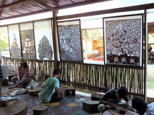 カンボジア・ロリュオス遺跡群・プリアコー近くにある工房で働く子供たちとカンボジア伝統の影絵スバエク・トム
