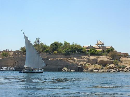 エジプト・アスワンのナイル川に浮かぶファルーカ()