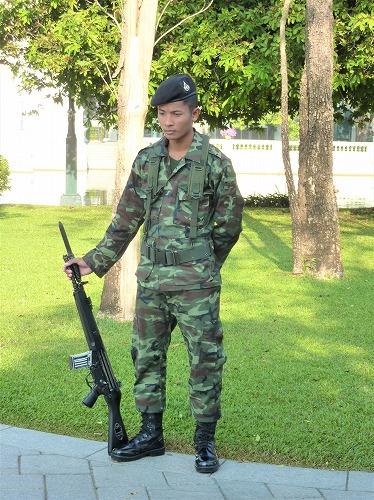 タイ・アユタヤ遺跡近くのバン・パイン宮殿の兵士