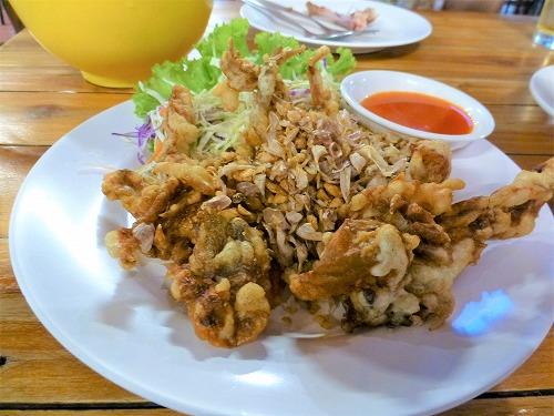 タイ・バンコクのサバイジャイで食べたソフトシェルクラブのガーリック揚げ