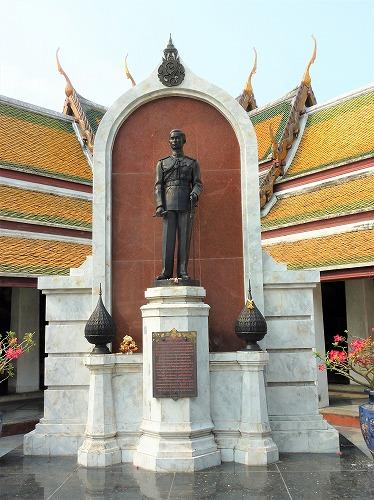 タイのバンコクにあるワット・スタット(ラーマ8世像)