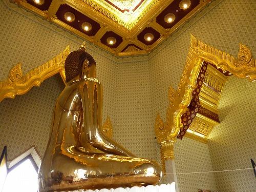 タイのバンコクにあるワット・トライミット(黄金の仏像の後ろ姿)