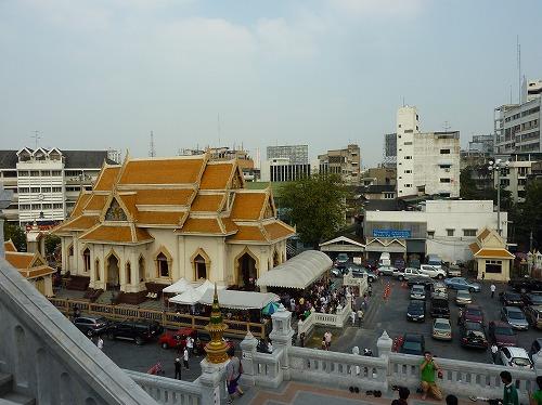 タイ・バンコクにあるワット・トライミットの本堂最上部からの眺め