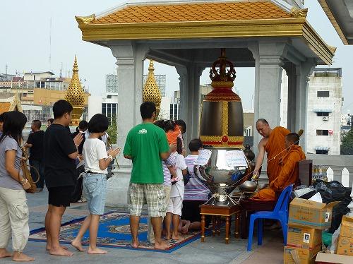 タイ・バンコクにあるワット・トライミットにある鐘