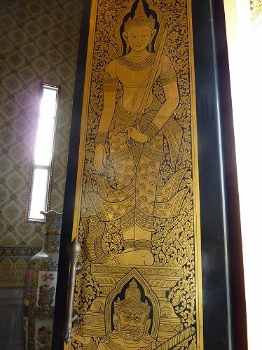 タイ・バンコクにあるワット・トライミットの本堂内の装飾