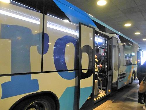 スペイン・バルセロナのエル・プラット空港を出発するエアポートバス
