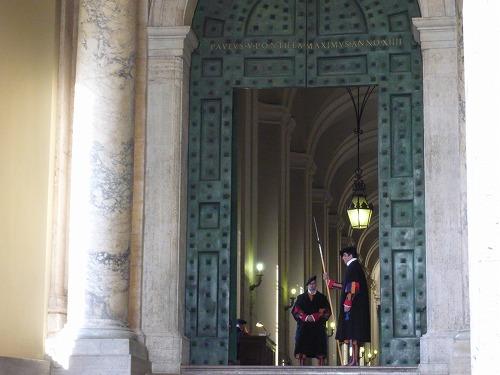 バチカン市国のサン・ピエトロ大聖堂の門と守衛