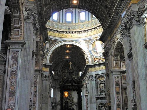 バチカン市国のサン・ピエトロ大聖堂の身廊