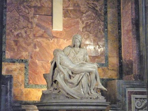 バチカン市国のサン・ピエトロ大聖堂のピエタ像