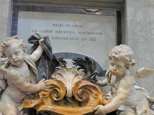 バチカン市国のサン・ピエトロ大聖堂内の天使の像
