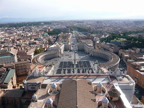 バチカン市国のサン・ピエトロ大聖堂の屋外テラスから眺めたサン・ピエトロ広場