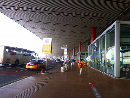 中国・北京首都国際空港のタクシー乗り場付近