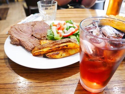イスラエル・ベングリオン国際空港内のSchmoozy Barで食べたローストビーフとクランベリージュース