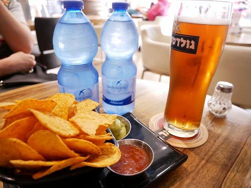 イスラエル・ベングリオン国際空港内のSchmoozy Barで食べたナチョスとビール
