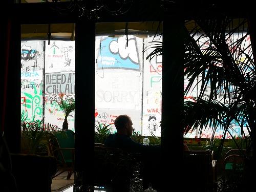 ベツレヘム(パレスチナ)にあるバンクシーが手掛けたホテルThe Walled Off Hotel内部から見る分離壁