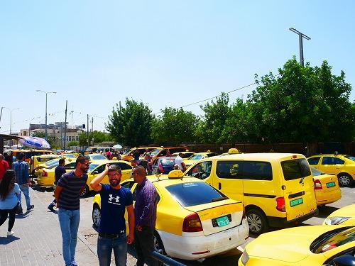 パレスチナのチェックポイント付近のタクシー乗り場
