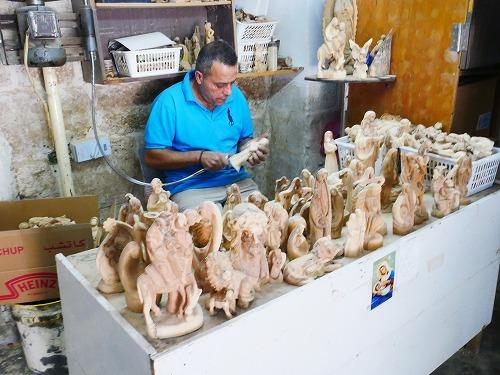 ベツレヘム(パレスチナ)の木工房で木像を作る人
