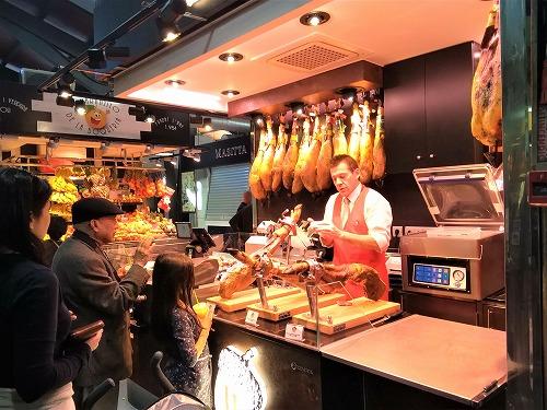 スペイン・バルセロナのサンジュセップ市場(ボケリア)のハム専門店