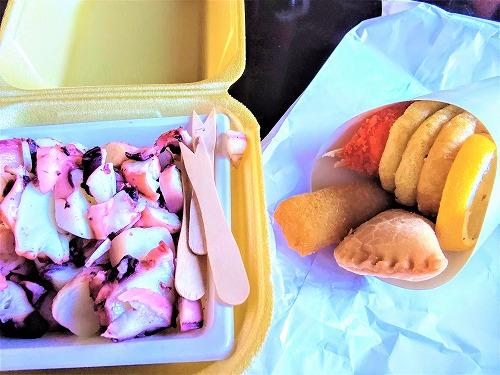 スペイン・バルセロナのサンジュセップ市場(ボケリア)で食べた茹でたタコと揚げたシーフード