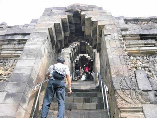 インドネシアのボロブドゥール遺跡のカーラが描かれた門