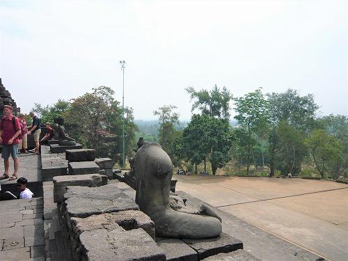 インドネシアのボロブドゥール遺跡の首のない仏像