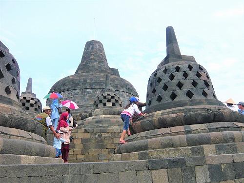 インドネシアのボロブドゥール遺跡の小ストゥーパ&大ストゥーパ