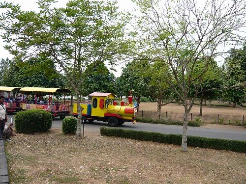 インドネシアのボロブドゥール遺跡敷地内を移動するSL型バス