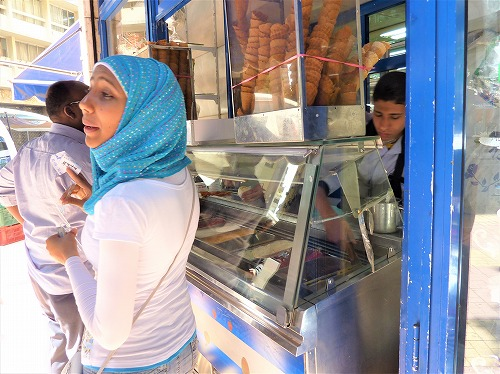 エジプト・カイロのEL ABDでアイスクリームを注文する人