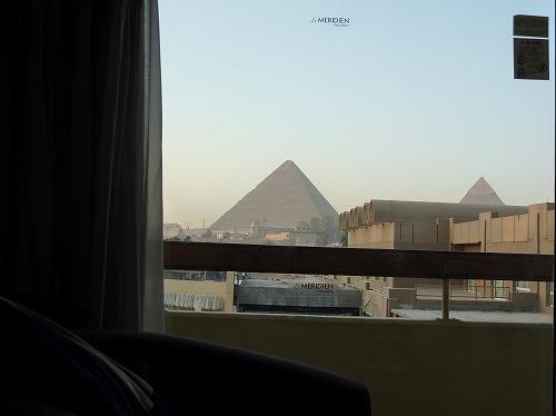 エジプトのカイロにあるル・メリディアン・ピラミッド・ホテルのピラミッドビューの部屋からの眺め