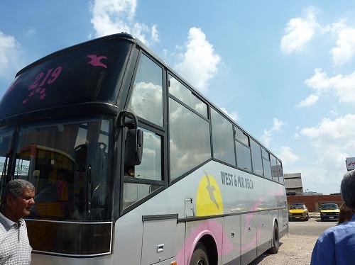 エジプト・カイロのトルゴマーンバスターミナルから出発するウェスト・ミドル・デルタ社のバス