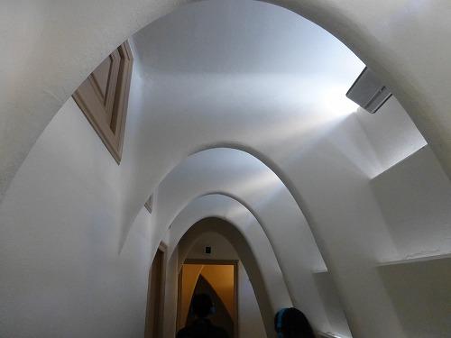スペイン・バルセロナにあるカサ・バトリョの屋根裏の廊下(カテナリーアーチ構造)