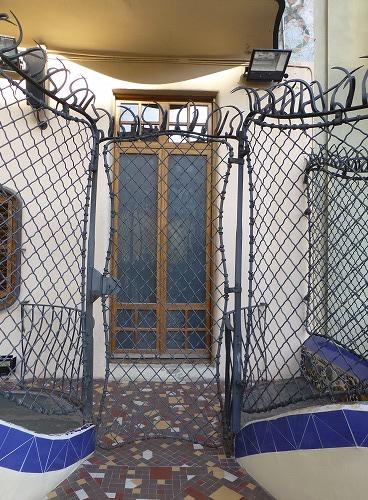 スペイン・バルセロナにあるカサ・バトリョのテラスの塀と扉