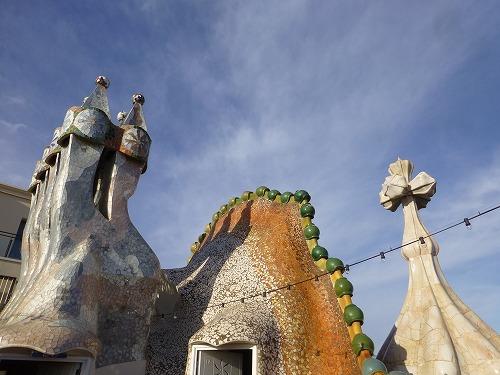 スペイン・バルセロナにあるカサ・バトリョの屋上の煙突