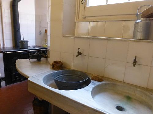 スペイン・バルセロナのカサ・ミラ内部(再現したブルジョワの家のキッチン)