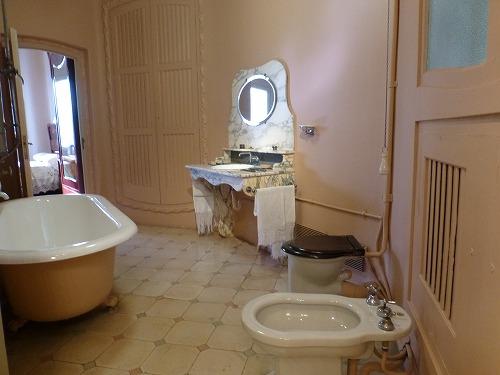 スペイン・バルセロナのカサ・ミラ内部(再現したブルジョワの家の洗面・キッチン)