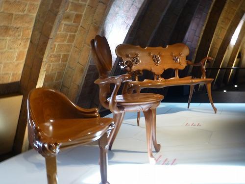 スペイン・バルセロナのカサ・ミラ内部に展示されているガウディが設計したイス