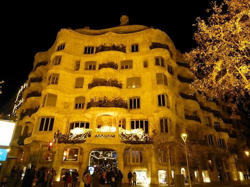 スペイン・バルセロナのカサ・ミラ外観(夜)