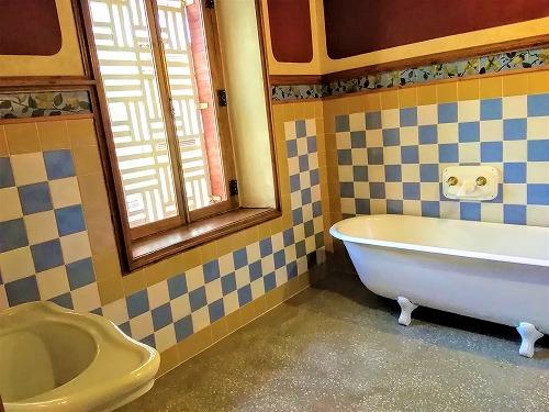 スペイン・バルセロナにあるカサ・ビセンス内部(風呂・洗面)