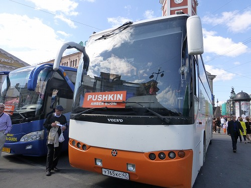 ロシア・サンクトペテルブルクのエカテリーナ宮殿へ行くツアーバス