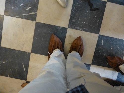 ロシア・サンクトペテルブルクのエカテリーナ宮殿に入る前に装着する靴カバー