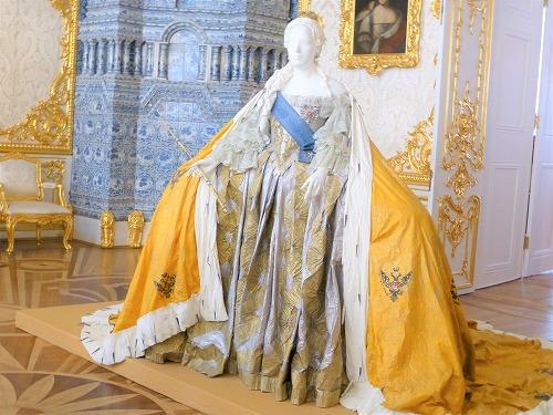 ロシア・サンクトペテルブルクのエカテリーナ宮殿に展示されているドレス