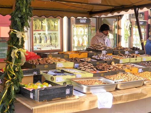 チェコ・チェスキークルムロフのスヴォルノスティ広場で売られる量り売りのお菓子