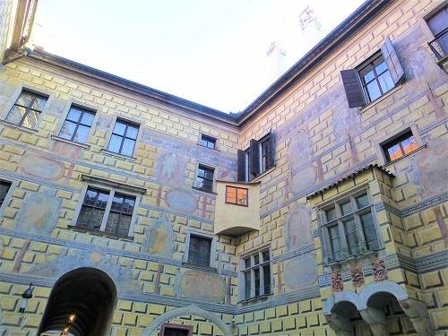 チェコ・チェスキークルムロフのチェスキークルムロフ城の中庭のだまし絵