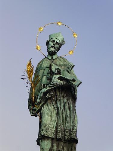 チェコ・プラハのカレル橋にある聖ヤン・ネポムツキーのブロンズ像